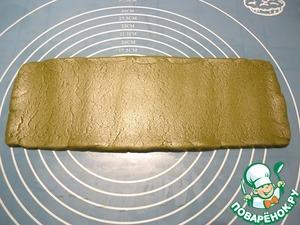 В это время раскатываем самую большую часть теста зеленого цвета в прямоугольник размером примерно 25*9 см.