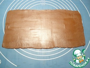 В это время раскатываем самую маленькую часть теста коричневого цвета в прямоугольник размером примерно 25*15 см.
