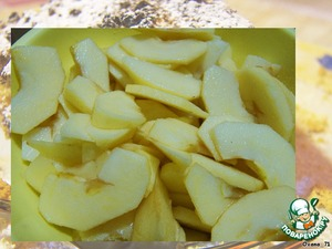 Wash and peel apples (original recipe: 300g. pears and 300g. of apples). Finely chop into slices.   Mix the apples with 50g of sugar and 1-2 tablespoons brandy or cognac (you can also rum). Set aside for 15 minutes.