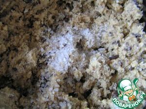 В самом конце добавить соль, перемешать, но недолго, чтобы соль не успела раствориться.