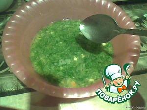 Смешиваем просеянную муку, бульон и зелень. Разбавляем соус водой (примерно 1 стакан), солим.
