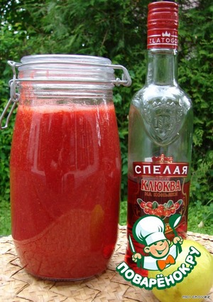 С помощью блендера сделать пюре из клубники.    В пюре добавить стакан настойки из красных ягод и сок лайма или лимона. У меня была настойка