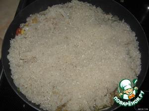 Засыпаем промытый рис. Я его ещё предварительно минут на 20 залила холодной водой. Потом воду слила и промыла рис ещё раз.