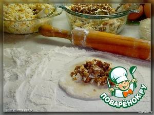 Зелёный лук мелко нарезается, перемешивается с 4 яйцами.   Курицу отварить, пропускаем через мясорубку, перемешиваем с 2-мя размятыми яйцами. Соль и специи по вкусу.      Итак, тесто у нас готово и ждёт своего часа. Отрываем кусочек теста размером с шарик для пинг-понга. Раскатываем тесто до 2-3 мм толщиной. Кладём на серединку начинку. Складываем треугольнички, квадратики и т. п.