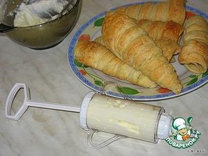 Кондитерским шприцом заполнить наши трубочки. На крем посыпать кокосовой стружкой и припудрить сахарной пудрой.