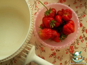 Strawberries wash, remove the leaves, using a blender to make puree. Add sugar. I put 1 tbsp of sugar, turned out not very sweet, more.