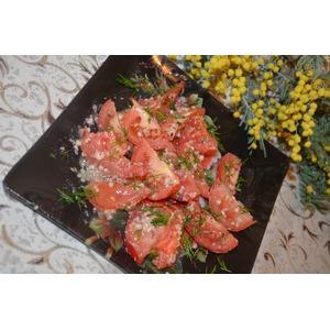 Салат с помидорами и орехово-чесночной заправкой