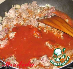 Add to the minced spices, salt, sugar, tomato paste and water, mix everything and cook until almost all the liquid has evaporated