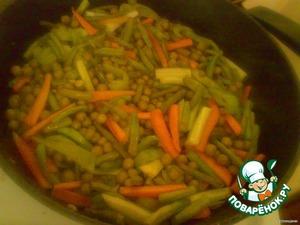 4.На сковороду высыпаем фасоль стручковую, перец и морковь, обжариваем минуты 3 на сильном огне, затем добавляем огурец и горошек, жарим еще минутку.   Отставляем сковороду и приступаем к приготовлению мяса.