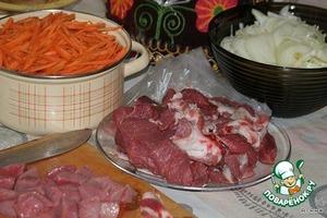Нарезаем: лук полукольцами, морковь соломкой(и не как иначе!),   мясо режим крупными кусками.