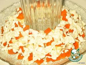 Морковью, полейте оставшимся майонезом, посыпьте киви или крыжовником. Оформите сладкой кукурузой и зеленью.