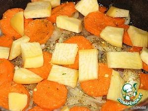 На морковь укладывается мелко нарезанная репа. Она очень ароматная, и благодаря не только специям, но и ей вкус становится насыщенным.