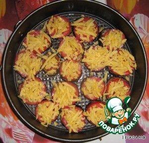 Посыпать помидоры сыром, поставить в духовку. Запекать при температуре 180 градусов в течение 20-25 минут.