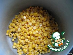 Открыть банку консервированной кукурузы, слить воду и высыпать кукурузу