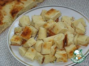Когда картофель будет готов, нарезаем лепешку маленькими квадратиками.