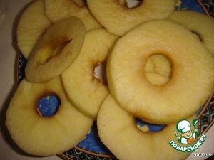 The dough is ready,and then my peeled apples,cut out the middle and cut into slices in half a centimeter thick.