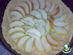 Яблоки режем дольками и укладываем на тесто. Ставим в разогретую до 180 гр. духовку на 20 мин.