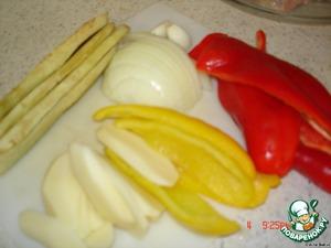 Баклажан почистить и порезать на полоски, перец полосками, лук кольцами, картофель полосками