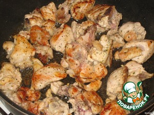 The frying pan heat with a little olive oil.  Do a high heat and place the chicken, fry until Golden brown.  Now from the plate almost do not move away, because the fire will be large and often need to stir and generally making sure everything is not burned, but the fire is not to subtract!  So prepare everything in advance.