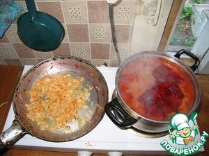 4. На освободившейся сковороде обжариваем лук до золотистой корочки.
