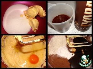 Для бисквита - мягкий маргарин взбиваем с сахаром, щепоткой соли и ванилином.   По одному добавляем яйца, продолжая взбивать (каждое яйцо взбиваем по полминуты, не дольше).   В два захода добавляем муку, а также разрыхлитель, какао-порошок и ликер (у меня был шоколадный, можно кофейный) - все взбиваем на средних оборотах миксера.