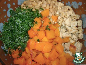 Курицу соединяем с фасолью (без жидкости), готовой тыквой вместе с соком и рубленной зеленью.