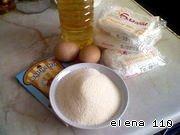 Творог перемешать с растительным маслом.    Добавить взбитые яйца, манку, соль, сахар, ванилин.