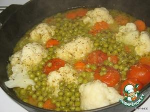 3. Выложить в сковородку зеленый горошек, приправить орегано, соком лимона и тушить еще 7 минут.