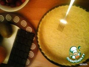 Сливочное масло комнатной температуры растереть с мукой и разрыхлителем, чтобы получилось тесто в виде крошки.   Влить 3 ст ложки воды (или молока). Замесить тесто, если тесто осталось крошками, влить ещё ложку воды (или молока). Должно получиться мягкое тесто не липнущее к рукам.   Тесто распределить по дну и боковым сторонам сковороды или специальной формы для выпекания (диаметр 22~24см). Сделать на тесте много проколов вилкой.   Выпекать в разогретой духовке до золотистого цвета (15~20 минут), температура в духовке ~ 200 градусов.