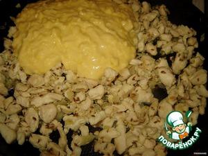 Когда курица и лук станут золотистыми, добавляем нашу кукурузную пасту (ммм... так бы ложкой и ела!) и мелко порубленный чеснок. Тушим под крышкой еще минут 10, помешивая время от времени.
