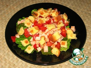 Gently mix salad.  On a plate put the lettuce, they put ham with vegetables and sprinkle with toasted white crackers.  I made the croutons from corn bread.