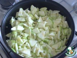 На сковородке разогреваем растительное масло и на большом огне жарим лук, чеснок и кабачки.   После жарки солим и перчим по вкусу.