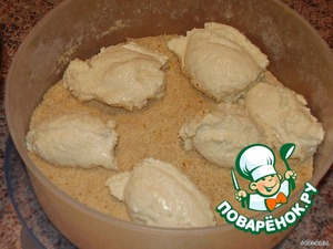 With a wet spoon take the dough and put in the breadcrumbs. When the dough starts to stick, then again a spoonful of water (I pee on every third cheesecake).