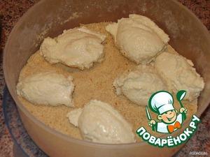 Мокрой ложкой берем тесто и кладем в сухари. Когда тесто прилипать начинает, то ложку опять намочить (я мочу на каждом третьем сырнике).
