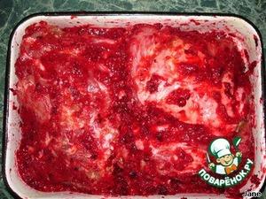 Кашицей из ягод замариновать подготовленное мясо, оставить на ночь в холодильнике.