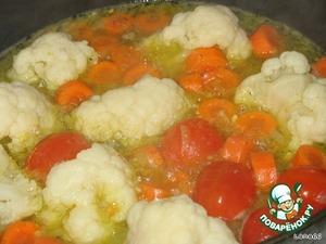 1. Морковь вымыть, очистить, нарезать крупными кусками. Лук очистить, измельчить. Помидоры вымыть.   2. В сковороде с разогретым маслом обжарить (2-3 минуты) лук, добавить помидоры, цветную капусту, морковь, влить бульон, положить лавровый лист, посолить, поперчить и тушить 10 минут.