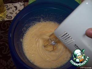 Will prepare a sheet - lay it with baking paper.  Mix the vanilla sugar with the sugar.  Eggs to drive in the Cup and beat slightly with a mixer,  add sugar mixture and stir a minute.  In the mixture pour sunflower oil and a good knead.