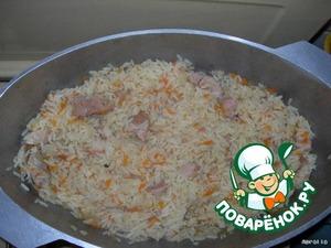 Когда морковь с луком будут готовы, высыпаем в казан рис, предварительно промытый и замоченный в горячей воде в теч. 30 мин. Все перемешиваем и закрываем крышкой до готовности риса (примерно 20 мин.). Можно кушать.   Приятного аппетита! :D