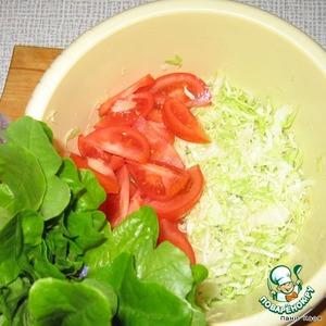 Капусту тонко нашинковать, помять с солью, чтобы пошел сок.   Помидоры порезать крупно, соединить с капустой   Салат порвать руками