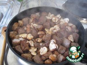 Добавить к мясу и потушить 5-10 мин.