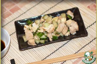 Рецепт: Курица по-японски с огурцами и омлетом