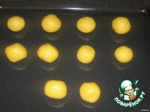Быстро скатайте их в шарики и выложите на смазанный маслом противень.