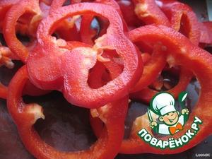Режем перец колечками и отправляем его к остальным овощам
