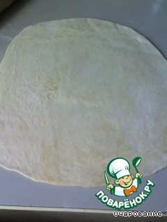 В кипяток вливаем масло, солим, и высыпаем муку, тесто замешивается быстро, поэтому сразу раскатываем, делаем кружочки (я делаю стаканом), выкладываем начинку, защипываем, можно готовить.