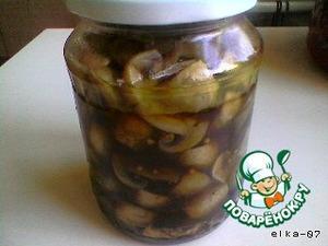 Остывшие грибы переложить в банку, добавить соевый соус, закрыть крышкой и пару раз перевернуть, чтобы соус перемешался с грибным маринадом.