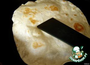 """Жарим лепешки на сковороде без масла (!) с двух сторон до появления золотистых пятнышек. Когда начнут появляться воздушные пузырьки (я бы сказала пузыри!), легонько придавливайте их лопаткой, дабы они не обезобразили форму наших tortillas. Мои на этот раз все стремились стать """"воздушными"""", так что пришлось сражаться с каждой, не покладая рук (точнее лопатки)."""