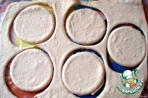 Раскатать тесто в пласт толщиной 5 мм    Стаканом вырезать круглые лепешки