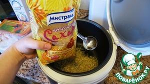 """Промытый рис выложить в чашу мультиварки, добавить воды, щепотку соли и коричневого сахара и поставить на режим варки (я ставлю режим """"гречка"""", у меня мультиварка """"Панасоник"""")"""