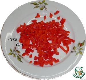 Теперь начинаем оформлять Тигру. Из красного болгарского перца выкладываем новогодний колпак, на кончике рисуем с помощью майонеза снежинку.