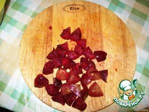 В полученное тесто добавить крупно нарезанные сливы и нектарины.